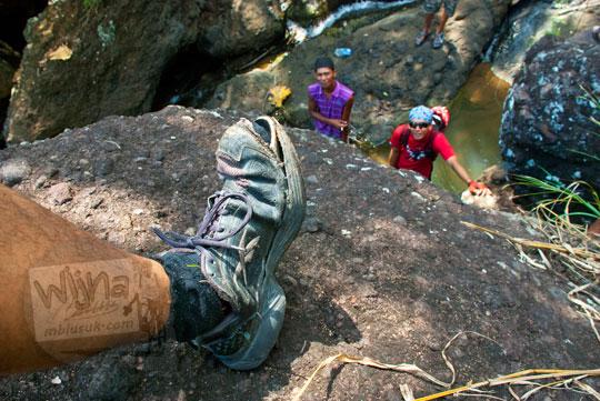 sepatu pengunjung rusak saat menuju ke air terjun curug seribu batu (cengkehan) di dusun Giriloyo, Wukirsari, Imogiri, Bantul, DI Yogyakarta