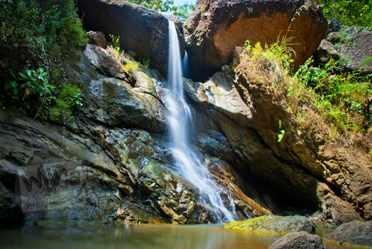 Penampakan air terjun curug seribu batu (cengkehan) saat musim hujan di dusun Giriloyo, Wukirsari, Imogiri, Bantul, DI Yogyakarta