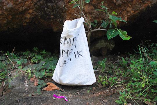 Tempat sampah yang ada di kawasan air terjun curug seribu batu (cengkehan) di dusun Giriloyo, Wukirsari, Imogiri, Bantul, DI Yogyakarta