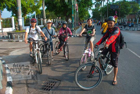warga jogja bersepeda santai di hari minggu pagi di seputar titik 0 kilometer