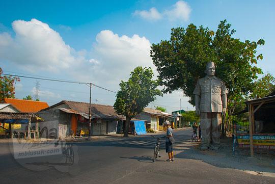 patung presiden soeharto yang ada di perempatan pajangan, bantul, yogyakarta