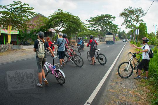 bersepeda menyebrang jalan raya srandakan menuju dusun mangir di bantul