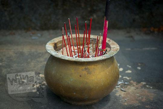 mangkuk dupa hio di situs petilasan ki ageng mangir wonoboyo
