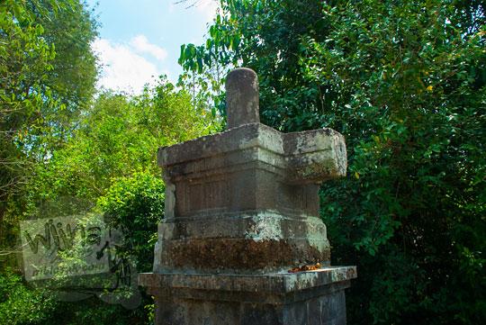 arca lingga-yoni dari batu andesit yang ada di situs petilasan ki ageng mangir wonoboyo
