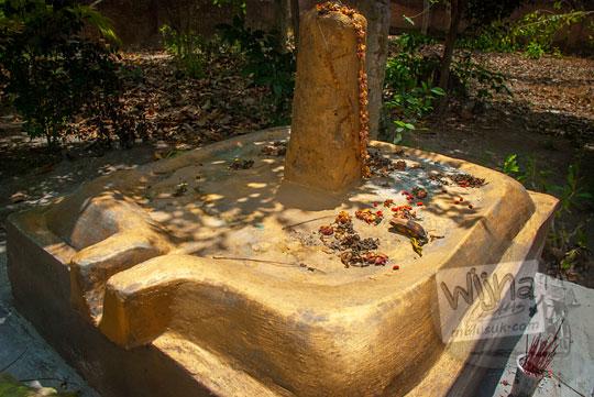 arca lingga-yoni emas raksasa yang ada di situs petilasan ki ageng mangir wonoboyo