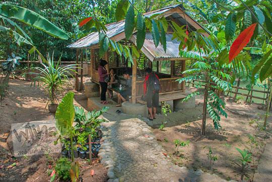 Saung gubuk pendopo tempat bersantap pengunjung di Rumah makan Legokan Ngancar, Pajangan, bantul, Yogyakarta