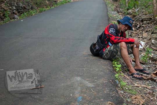 Jalan raya yang menghubungkan Playen dan Panggang yang ada di dekat situs keramat Gua Lawa yang ada di Dusun Nogosari, Selopamioro, Imogiri, Bantul, Yogyakarta pada kunjungan zaman dulu November 2014