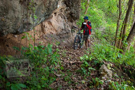 Batu-batu karang yang melindungi keberadaan situs keramat Gua Lawa yang ada di Dusun Nogosari, Selopamioro, Imogiri, Bantul, Yogyakarta pada kunjungan zaman dulu November 2014