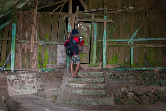 Gua Lawa di Selopamioro, Imogiri, bantul, Yogyakarta yang ditutup oleh tembok dan pintu kayu agar makhluk gaib di dalamnya tidak bisa keluar yaitu Nagabumi