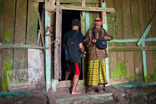 Pengunjung yang ingin bermeditasi di Gua lawa memasuki situs dipandu oleh Bapak Juru Kunci bertama pak Slamet