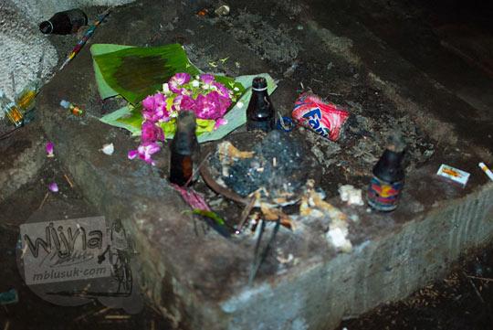 Aneka macam sesajen, sesaji, kembang, melati, arak, dupa yang ada di dalam situs petilasan Gua lawa yang bertempat di Gua Lawa di Dusun Nogosari,Selopamioro, Imogiri, Bantul, Yogyakarta pada kunjungan zaman dulu November 2014