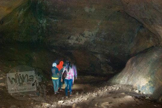 Suasana gelap, suram, lembap, dan angker yang ada di dalam situs keramat Gua Lawa di Dusun Nogosari,Selopamioro, Imogiri, Bantul, Yogyakarta pada kunjungan zaman dulu November 2014
