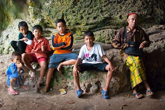 Anak-anak desa beserta Juru Kunci situs keramat Gua Lawa di Dusun Nogosari,Selopamioro, Imogiri, Bantul, Yogyakarta yang menceritakan kisah-kisah mistis terkait gua peninggalan Kerajaan Mataram Islam