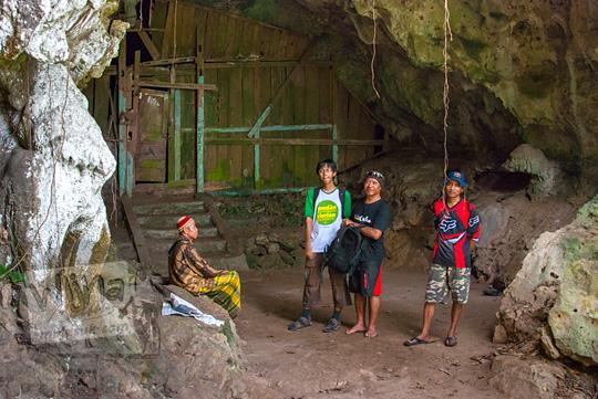 Para pesepeda Yogyakarta yang hobi dengan hal-hal mistis dan supranatural berbincang dengan Pak Slamet selaku juru kunci Gua Lawa di Dusun Nogosari,Selopamioro, Imogiri, Bantul, Yogyakarta pada kunjungan zaman dulu November 2014