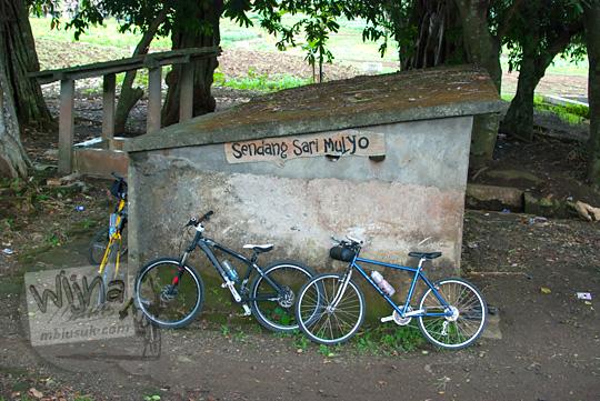 Mata air keramat bernama Sendang Sari Mulyo yang konon merupakan pemandian Dewi Nawangwulan yang terletak dekat dengan lokasi situs keramat Gua Lawa di Dusun Nogosari,Selopamioro, Imogiri, Bantul, Yogyakarta pada kunjungan zaman dulu November 2014