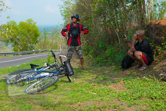 pengalaman bersepeda menanjak tanjakan siluk selopamioro bantul ke Gua Lawa