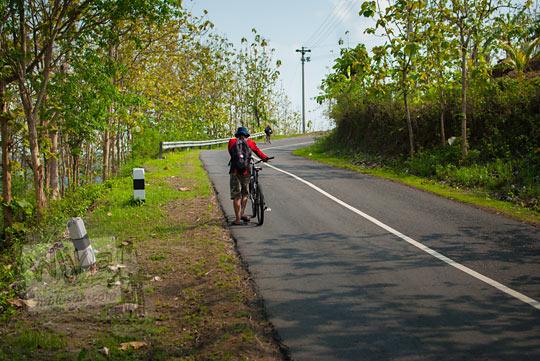 Tanjakan siluk yang terjal adalah medan menuju Situs keramat Gua Lawa yang ada di Dusun Nogosari, Selopamioro, Imogiri, Bantul, Yogyakarta pada kunjungan zaman dulu November 2014