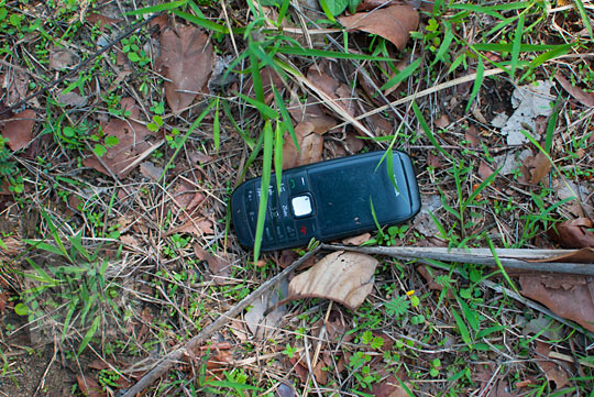 handphone yang menjadi tumbal dalam perjalanan menuju Gua Lawa yang ada di Dusun Nogosari, Selopamioro, Imogiri, Bantul, Yogyakarta pada kunjungan zaman dulu November 2014