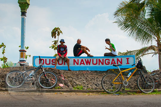 Para pesepeda beristirahat di tugu Dusun Nawungan I dalam perjalanan menuju Gua Lawa yang ada di Dusun Nogosari, Selopamioro, Imogiri, Bantul, Yogyakarta pada kunjungan zaman dulu November 2014