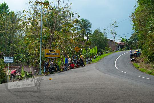 Pertigaan simpang tiga di Dusun Nawungan arah ke Panggang dan ke Sekolah polisi Negara Selopamioro