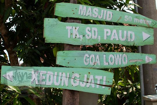 papan petunjuk arah menuju Gua Lawa yang ada di Dusun Nogosari, Selopamioro, Imogiri, Bantul, Yogyakarta pada kunjungan zaman dulu November 2014