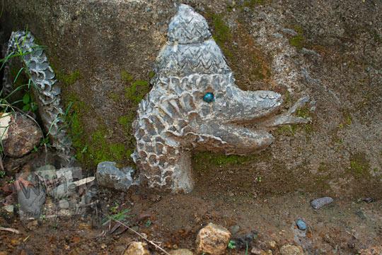 Patung Nagabumi yang keramat yang menandakan keberadaan Gua Lawa yang ada di Dusun Nogosari, Selopamioro, Imogiri, Bantul, Yogyakarta pada kunjungan zaman dulu November 2014