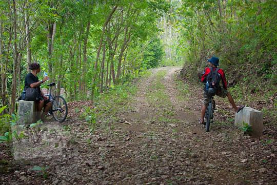 Jalan desa yang rusak menuju Gua Lawa yang ada di Dusun Nogosari, Selopamioro, Imogiri, Bantul, Yogyakarta pada kunjungan zaman dulu November 2014