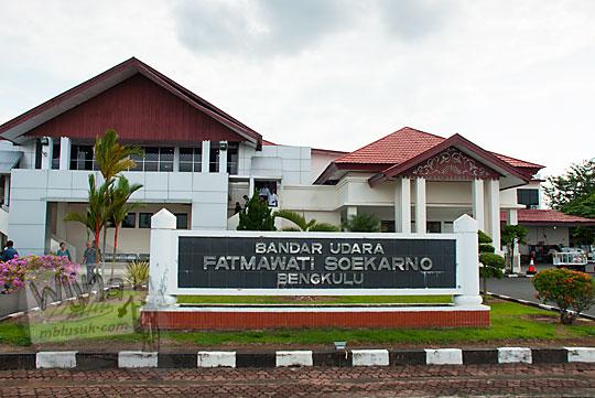 Papan nama bandara udara airport fatmawati soekarno bengkulu