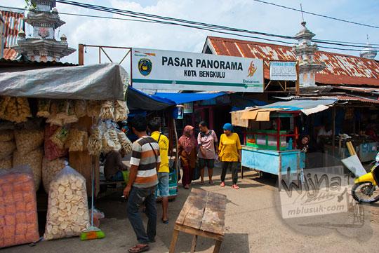 suasana penjual kerupuk di depan pasar panorama kota Bengkulu pada tahun 2015