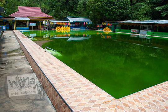 kolam renang hijau lumut di obyek wisata Suban Air Panas, Rejang Lebong, Bengkulu