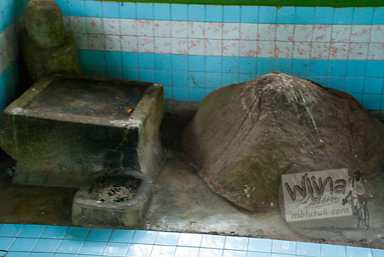 Batu Tri Sakti keramat yang ada di kawasan wisata Suban Air Panas di kota Curup kabupaten Rejang Lebong, Bengkulu