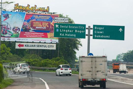 Cabang jalan keluar pintu tol arah ke Curug Bidadari Sentul Paradise Park