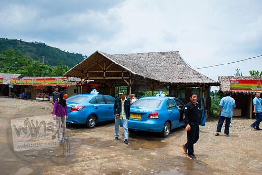 Rombongan turis asing asal Malaysia mandi di Air Terjun Bidadari Sentul Paradise Park
