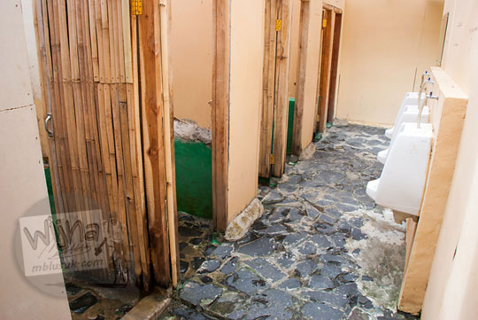 Suasana kondisi toilet wc kamar mandi umum di kawasan wisata Air Terjun Bidadari Sentul Paradise Park