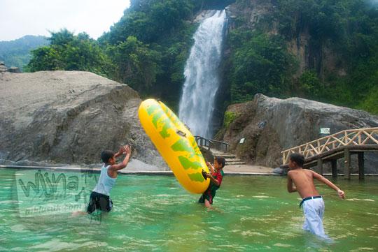 Anak-anak desa sekitar bermain air di Air Terjun Bidadari Sentul Paradise Park
