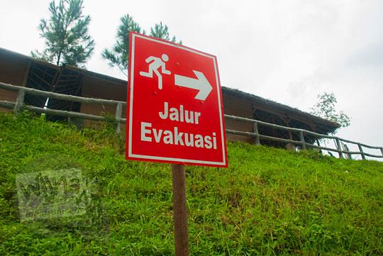 Rambu petunjuk jalur evakuasi pengunjung di Air Terjun Bidadari Sentul Paradise Park