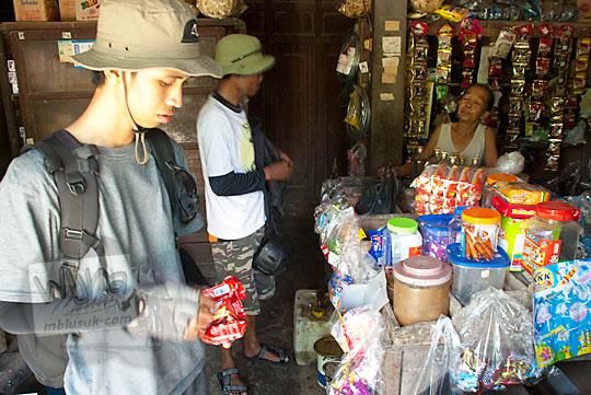 Warung toko kelontong sederhana di Curug Indah Gedangsari, Gunungkidul, Yogyakarta pada Januari 2012
