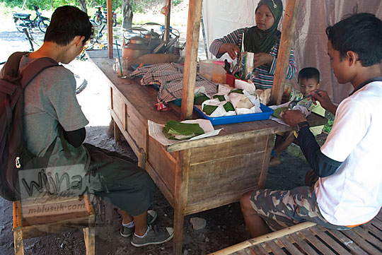 Angkringan dekat Curug Indah Gedangsari, Gunungkidul, Yogyakarta pada Januari 2012