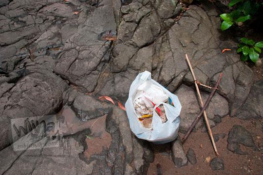 Sampah di Curug Indah Gedangsari, Gunungkidul, Yogyakarta pada Januari 2012