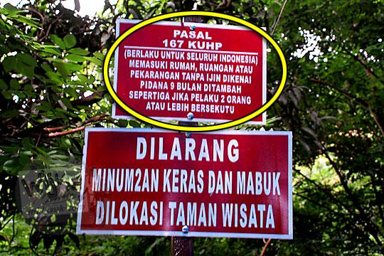 papan peringatan berisi larangan masuk Curug Indah Gedangsari, Gunungkidul, Yogyakarta pada Januari 2012