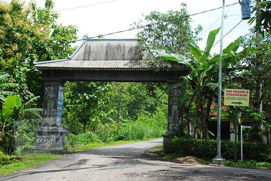 Gapura masuk desa Tegalrejo menuju Curug Indah Gedangsari, Gunungkidul, Yogyakarta pada Januari 2012
