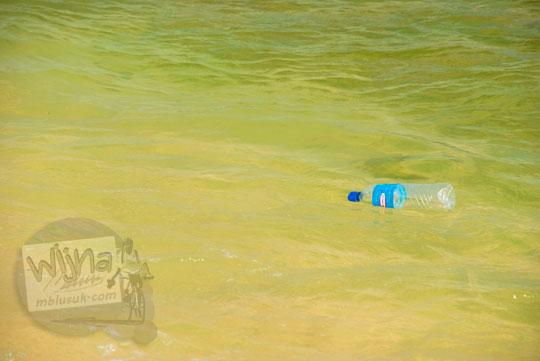 Botol plastik air minum Indomaret mengapung di laut Pantai Indrayanti atau Pantai Pulang Syawal Gunungkidul pada zaman dulu bulan Juli 2012