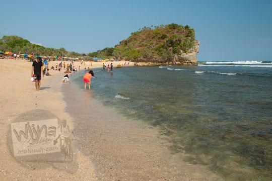 suasana siang hari di Pantai Indrayanti atau Pantai Pulang Syawal Gunungkidul pada zaman dulu bulan Juli 2012