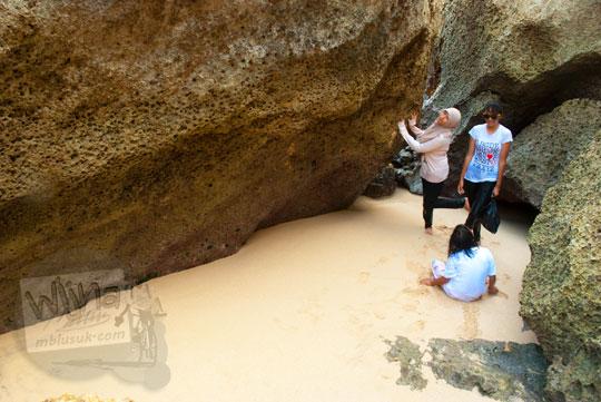 tiga orang perempuan cewek berpose dan berfoto di tebing gua pasir dengan pemandangan indah cocok untuk fotografi di Pantai Indrayanti atau Pantai Pulang Syawal Gunungkidul pada zaman dulu bulan Juli 2012
