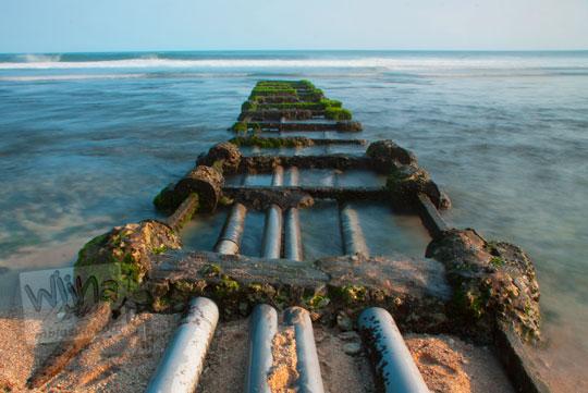 Objek menarik berupa pipa air raksasa di Pantai Somandeng yang indah cocok untuk fotografi sunrise dan sunset apalagi matahari terbenam atau matahari terbit di Gunungkidul pada zaman dulu bulan Juli 2012