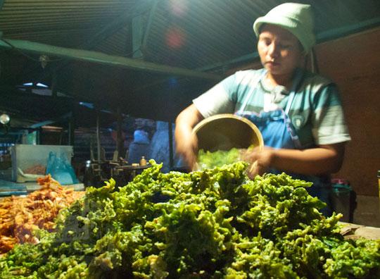 warung yang menjual keripik rumput laut curah kiloan grosir yaitu jajanan khas di Pantai Kukup Gunungkidul Yogyakarta pada zaman dulu tahun 2012