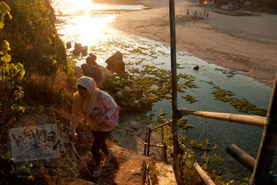 naik tangga pulau pantai drini di desa tanjungsari gunungkidul yogyakarta pada zaman dulu agustus 2012