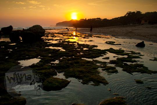 matahari senja pantai drini di desa tanjungsari gunungkidul yogyakarta pada zaman dulu agustus 2012