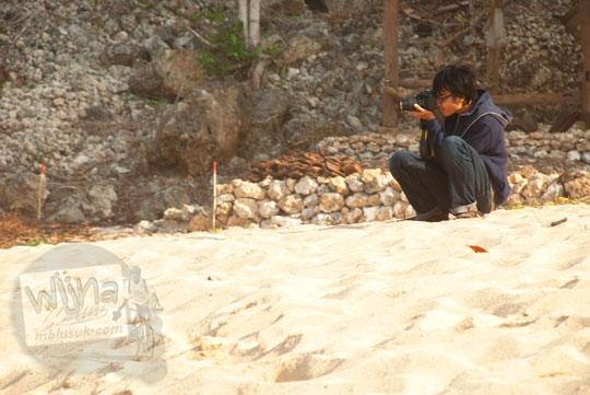Fotografer ari notyasa berburu foto di Pantai Pok Tunggal, Gunungkidul
