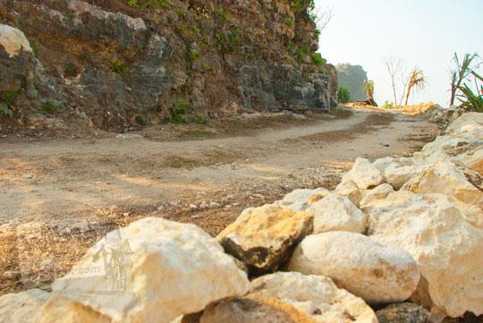 Jalan rusak menuju Pantai Pok Tunggal, Gunungkidul